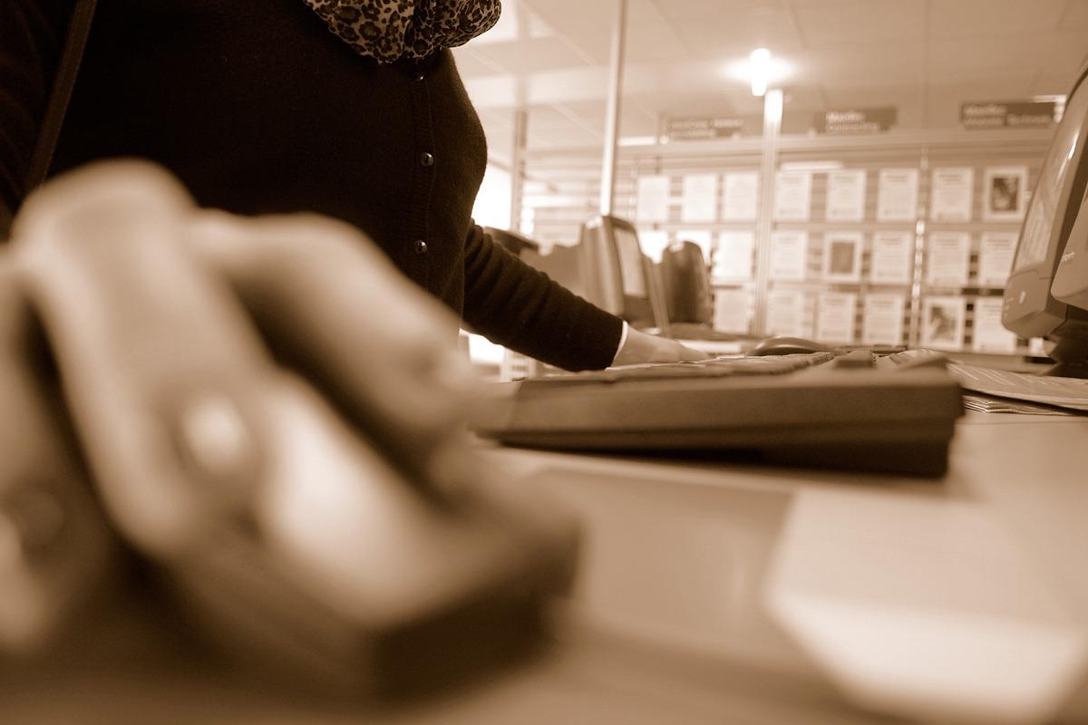 中高齡勞工職場求生難?8成2遭歧視、6成5薪情差