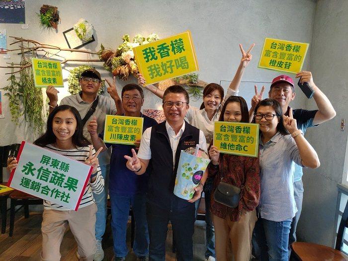 農糧署南區分署分署長姚志旺(中)介紹,香檬含有有特殊之香氣且較耐病蟲害特性,所以...