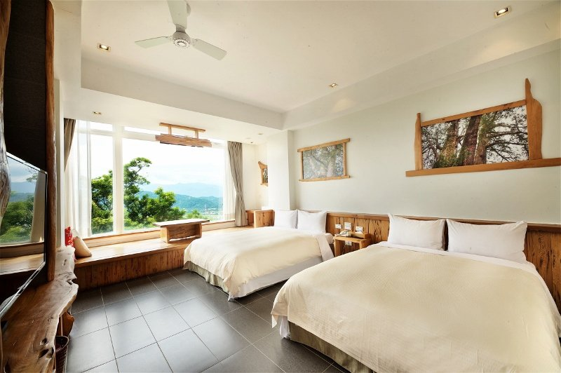 香格里拉休閒農場以珍貴台灣紅檜打造視野極佳景觀客房。 業者/提供