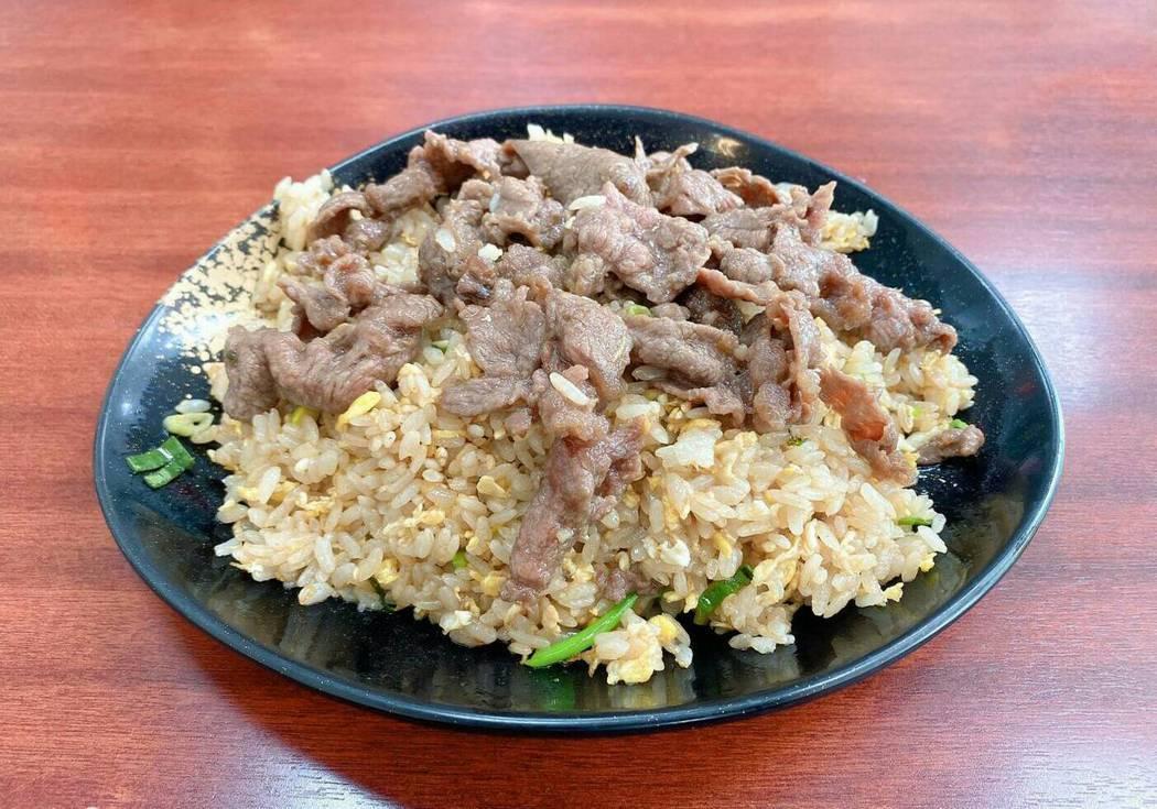 這盤粒粒分明的炒飯,用料大方份量足,是高雄大學學生最愛點的人氣餐點。...