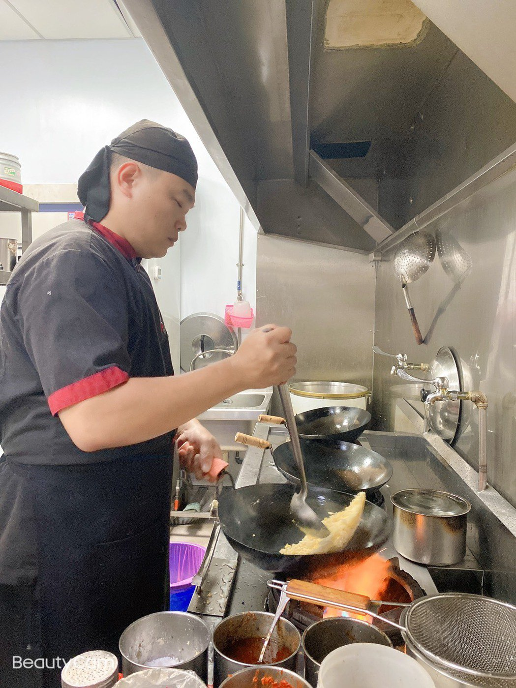 主廚陳柏森用職人的精神,精心的為消費者準備美味餐點。 楊鎮州/攝影