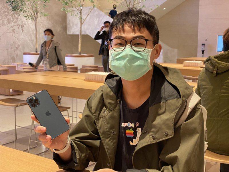 iPhone 12及iPhone 12 Pro於23日開賣,已事先預購的果粉許先生在Apple信義A13直營店取貨,興奮開箱iPhone 12 Pro新顏色「太平洋藍」。中央社
