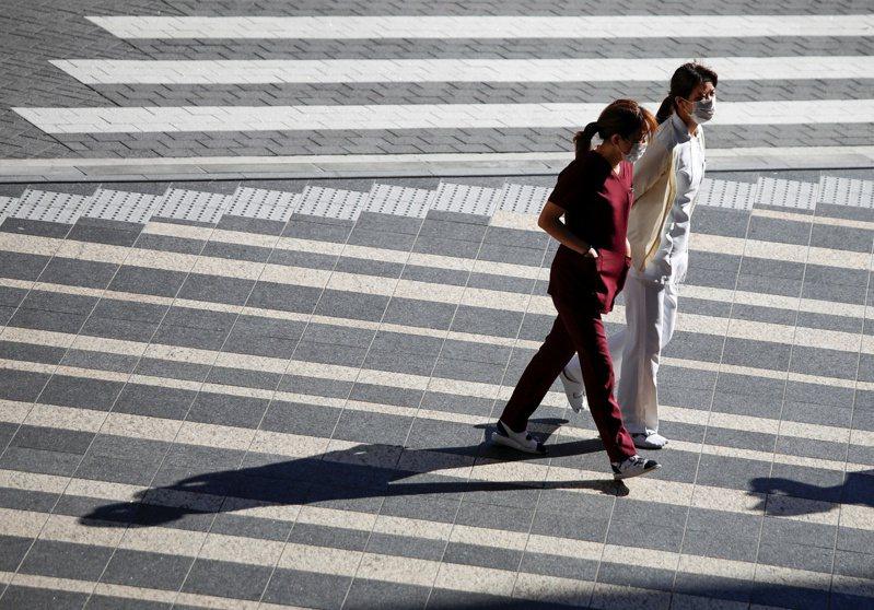 日本政府防疫對策分科委員會(防疫小組)今天討論如何因應下週萬聖節及新年假期防疫工作。經濟再生大臣西村康稔說,盼企業能將新年假延至明年1月11日,讓員工可彈性放假。 路透社