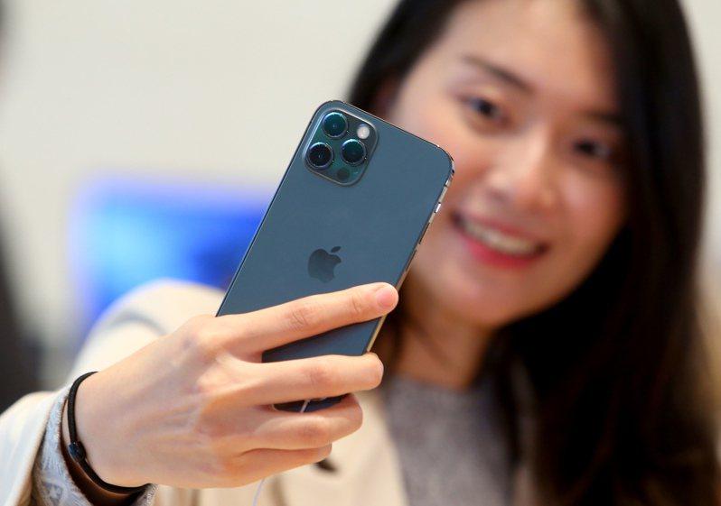 蘋果iPhone 12、12 Pro昨天在台灣正式開賣,太平洋藍顏色備受矚目。 聯合報系記者余承翰/攝影