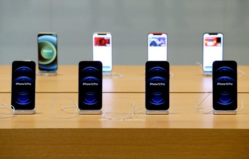 「該不該買iPhone 12?」行政院政務委員唐鳳19日說,iPhone出(觸控)筆前,她大概不會買,但也許有人不像她那麼容易對觸控螢幕上癮,「要不要買就完全是你自己的決定」。記者余承翰/攝影