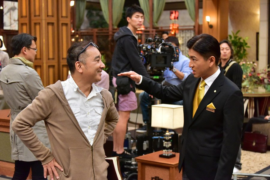 《假面飯店》的導演鈴木雅之(左),曾經執導《HERO》系列、《長假》、《PRICELESS》,與木村合作無間。