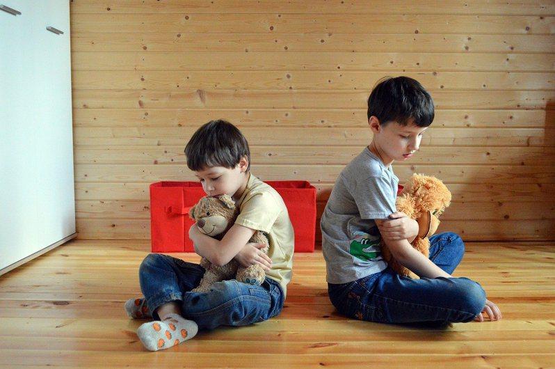 心理學研究發現,若要避免孩子說謊,訴說有關誠實的故事給孩子聽,或當孩子誠實時給予正向獎勵,效果遠比處罰或責打說謊者更好。圖/Pixbay