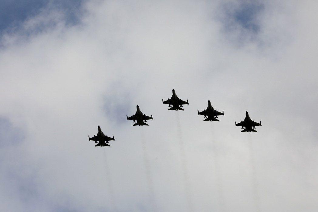 台灣空軍F-16戰機今年8月在一項典禮中成隊飛行。  路透
