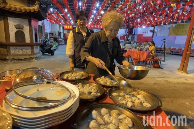 93歲同安廟志工廖林椪頭(右)昨晚秀了一手廚藝,讓設宴款待的台中市議員鄭功進大讚她精神好,老當益壯,還熱心公益,是銀髮族的典範。記者趙容萱/攝影