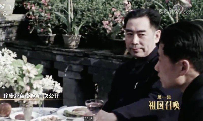 毛岸英(右一)1946年從蘇聯返回中國後,負責中蘇交往中的翻譯工作。(截圖自央視畫面)