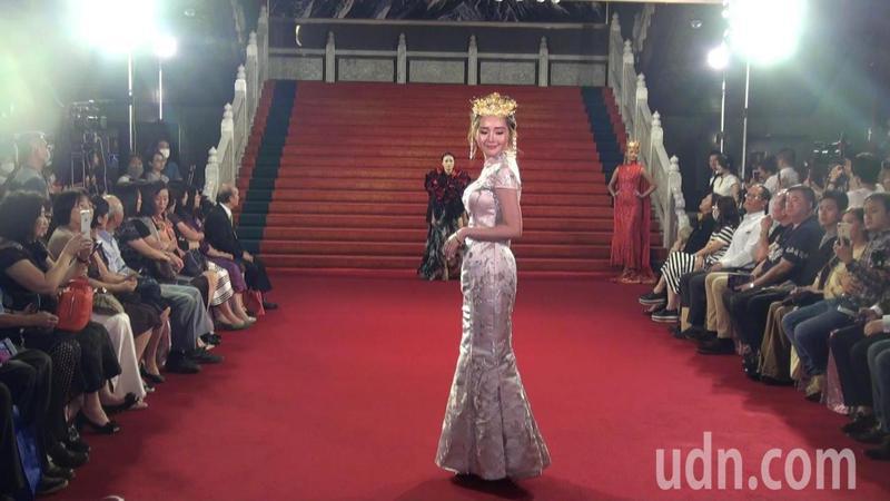 另「絕代美人」作品,呈現出中國旗袍的復古美感。記者王昭月/攝影