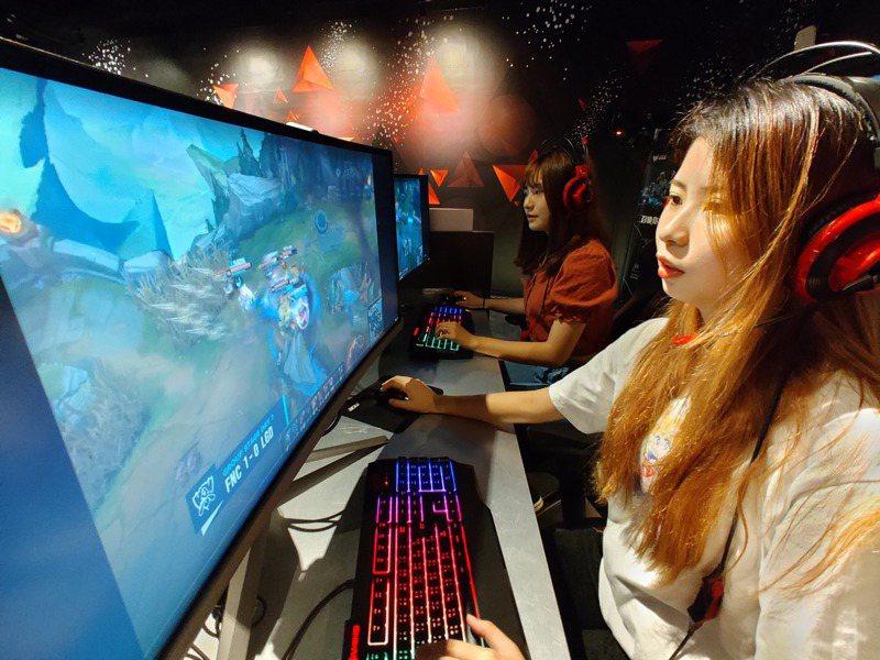 樹德科大電競學程學生唐瑋杉從小玩電玩長大,未來想從事行銷工作的她,認為該學程結合自己的興趣與志向,充滿挑戰性。記者蔡容喬/攝影