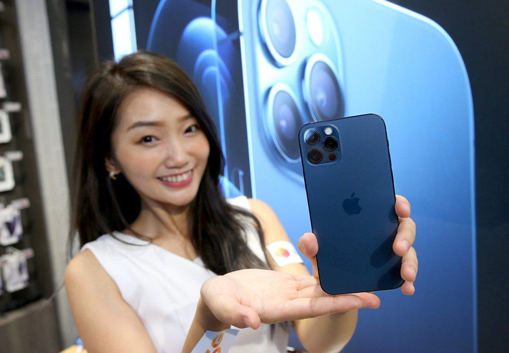 iPhone 12 Pro「太平洋藍」是首波預約的最夯機型。記者余承翰/攝影