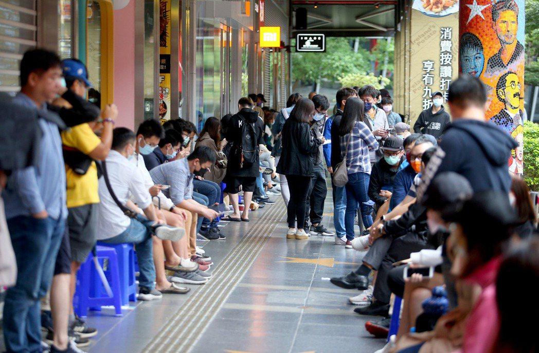各大電信今天(10月23日)於台北信義威秀舉辦iPhone 12系列開賣會,吸引...
