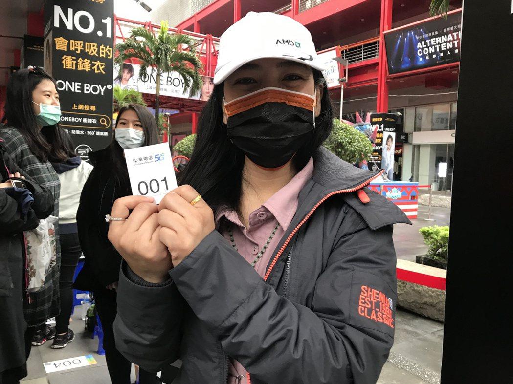 中華電信的排隊頭香魏小姐早從10月17日下午1點就到場排隊,和親友輪班排隊排了超...