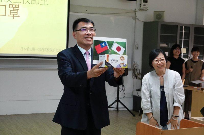 台南一中校長廖財固在視訊中贈送一宮西高校口罩。圖/南一中提供