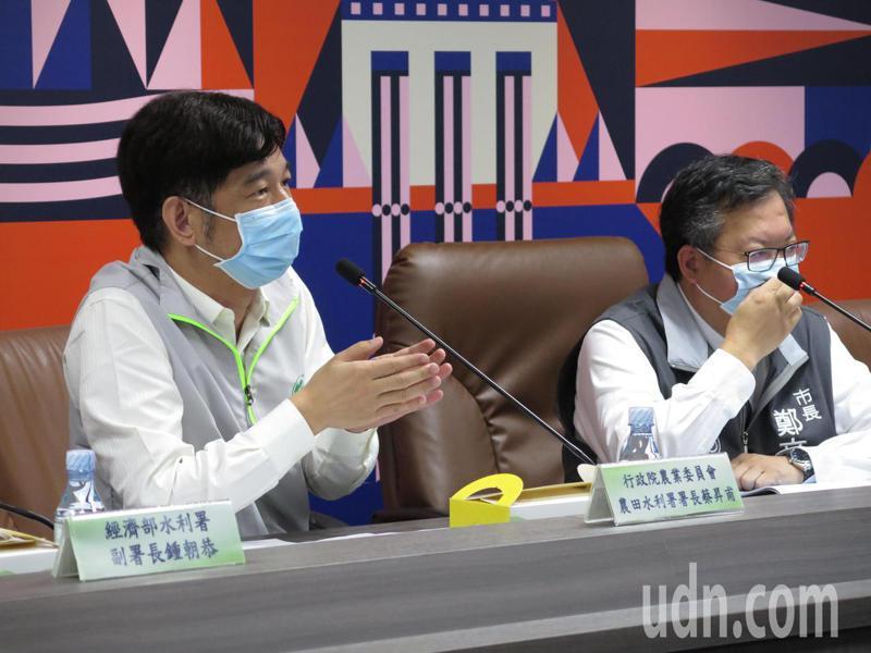 農田水利署長蔡昇甫(左)說,非停灌區者原本公糧收購、農業保險都繼續,政府對停灌區、非停灌區農民是「同等照顧」。記者張裕珍/攝影