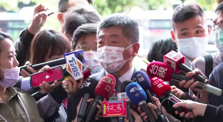 韓國流感疫苗接種近日接連傳出死亡案例,死者施打的疫苗則分別來自南韓國產疫苗,和法國藥廠賽諾菲生產的疫苗。對此,衛福部部長陳時中今強調,韓國進口的賽諾菲流感疫苗批號跟我國不同。圖/取自udn tv直播