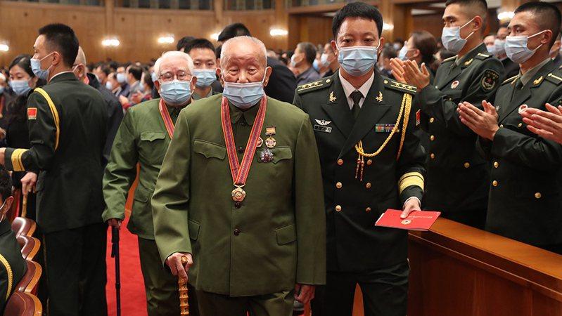 大陸上午舉行「中國人民志願軍抗美援朝出國作戰七十周年大會」,志願軍老戰士進場。(新華網)