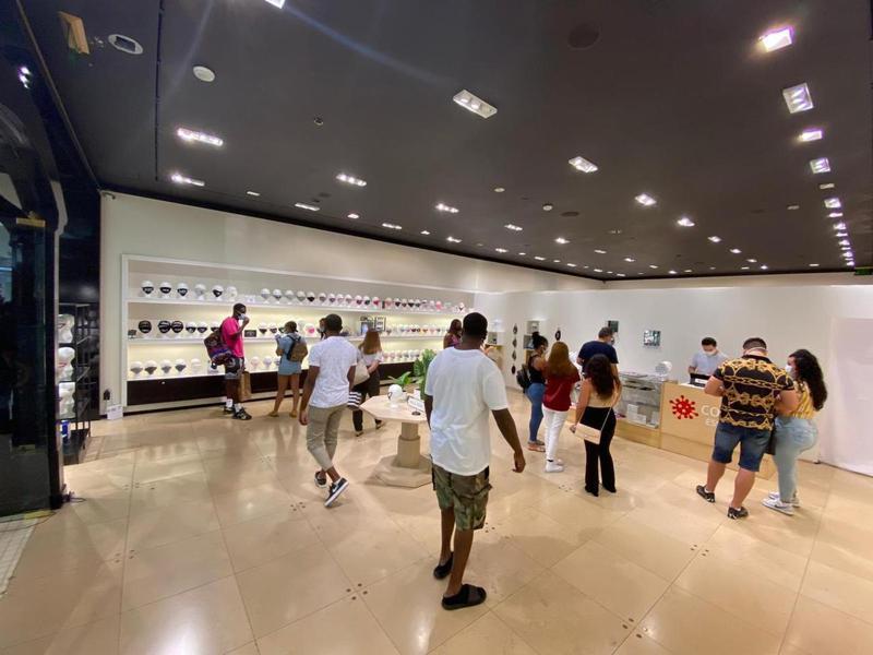 美國出現專賣各種時尚、客製化口罩等新冠肺炎防疫必需品的店家,且看準防疫口罩商機,持續拓點。圖/翻攝自covid-19 essentials官網
