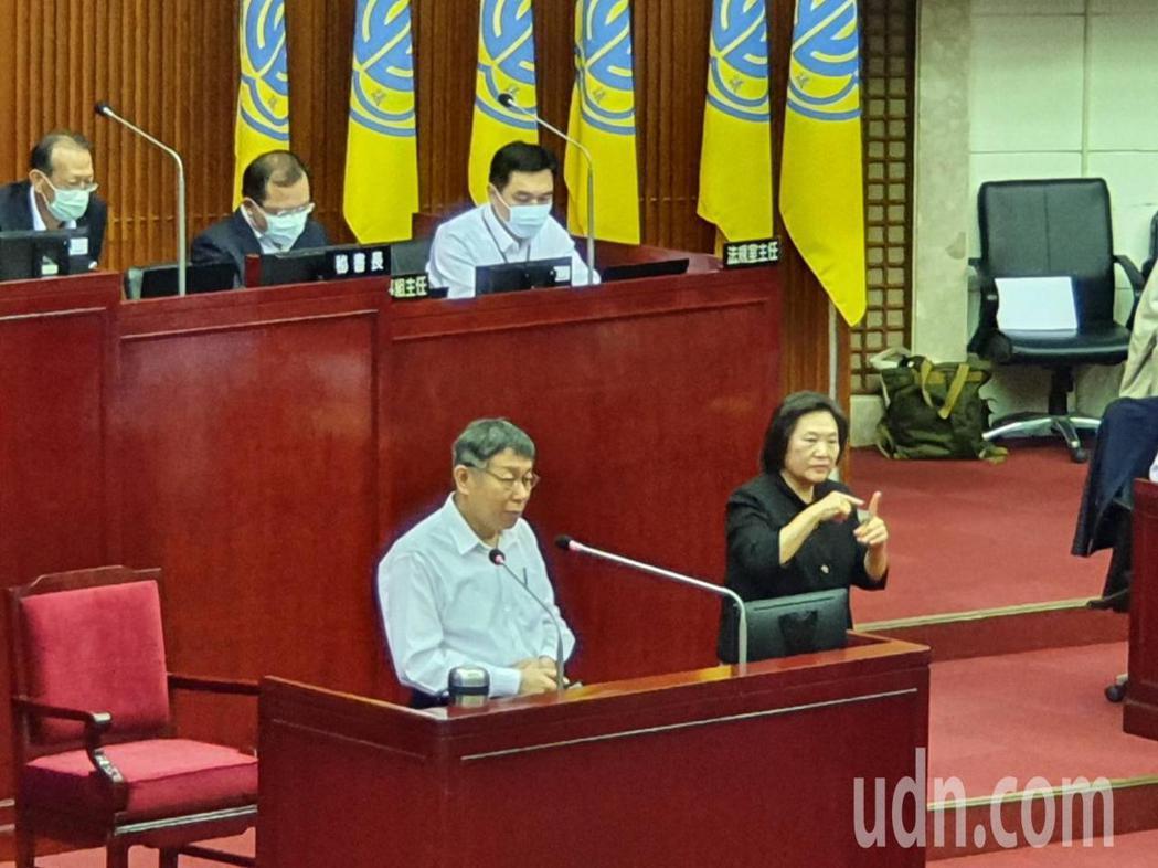 台北市長柯文哲上午赴議會針對疫情紓困、無現金交易、老人安養等政策進行專案報告。記...
