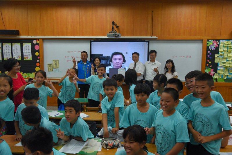 埔里鎮溪南國小學生透過視訊,與美國的華裔學生用英語對話,讓學生勇於開口說英語。圖/南投縣教育處提供