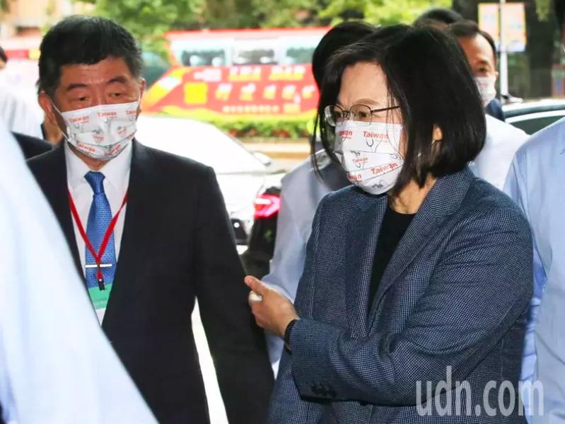 蔡英文總統(右)與衛福部長陳時中(左)今天出席「2020台灣全球健康論壇」,對於健保是否漲價,蔡英文表示要問陳時中。記者潘俊宏/攝影