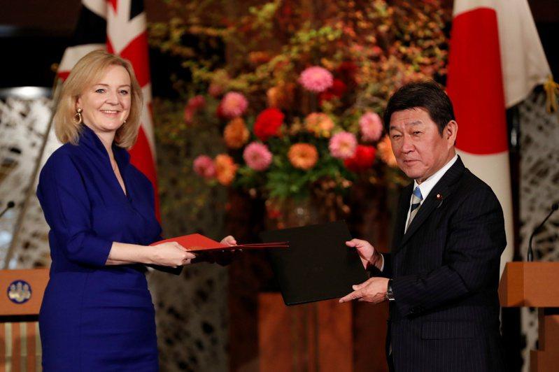 英國國際貿易大臣Liz Truss(左)和日本外務大臣茂木敏充(右)23日在東京共同簽署雙邊FTA。路透