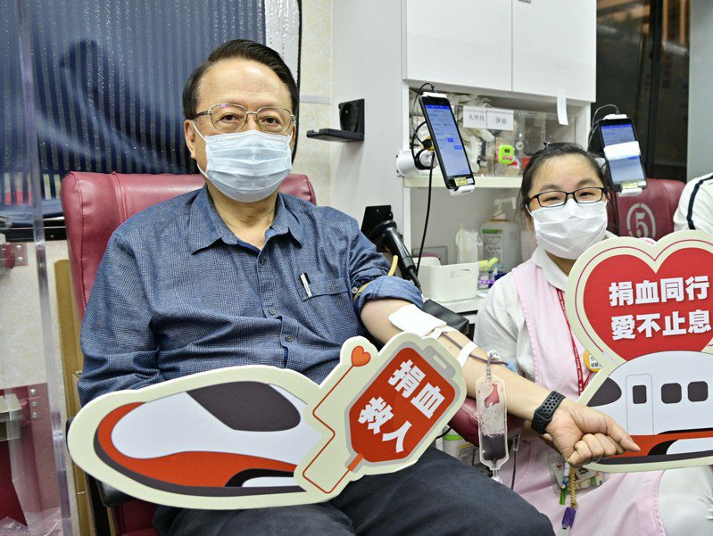 台灣高鐵公司董事長江耀宗帶頭挽袖捐血邀請大家一同加入捐血行列。圖/台灣高鐵公司提供