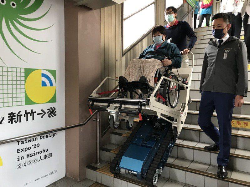 新竹市長林智堅(右)到新竹火車站訪視平台式履帶爬梯機設施,方便輪椅族上下第2月台樓梯。圖/市府提供