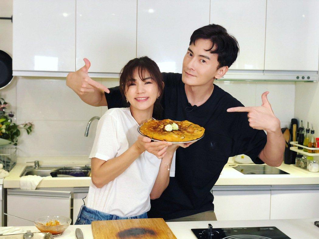 Ella(左)、鄭元暢笑鬧間依然做出美味韓式海鮮煎餅。圖/M.I.E.最大國際娛...