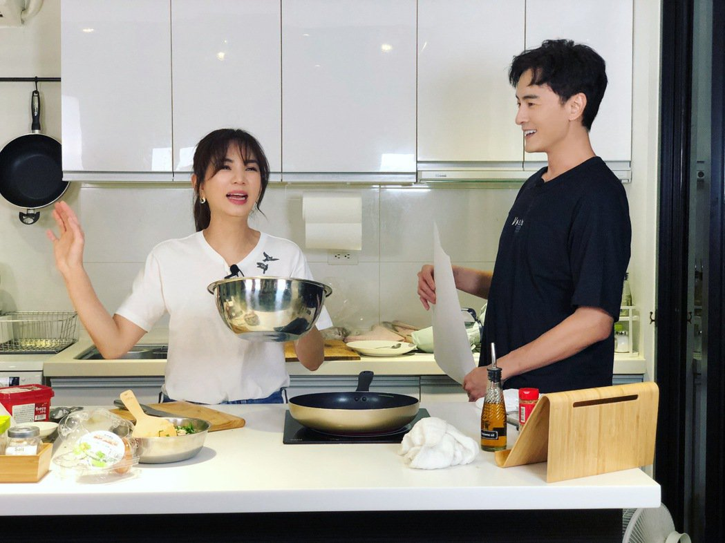 Ella(左)、鄭元暢邊笑鬧邊做菜,顯示好情誼。圖/M.I.E.最大國際娛樂提供