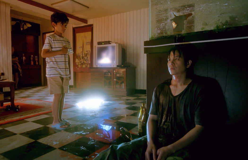 童星葉小毅(左)在「因為我喜歡你」戲中,因目睹飾演酗酒父親的隆宸翰倒在血泊中,造...