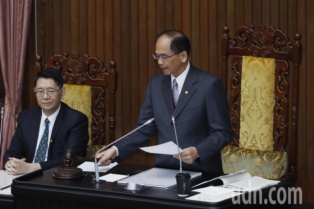 立法院長游錫堃敲下議事槌後,總計規模達2100億元的特別預算,除減列5300萬元...