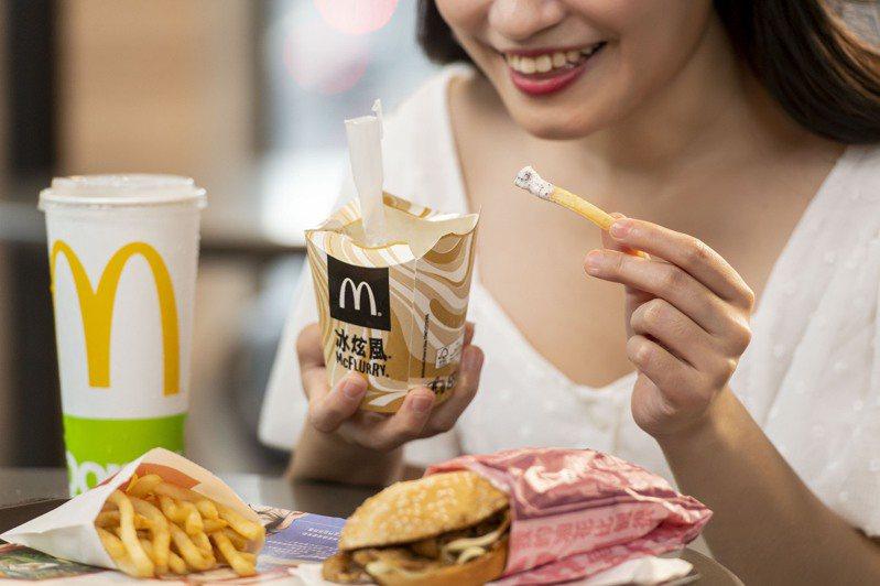 麥當勞推出全新「炫冰配餐」,任一主餐加85元,即可搭配OREO冰炫風、小薯與飲料。圖/麥當勞提供
