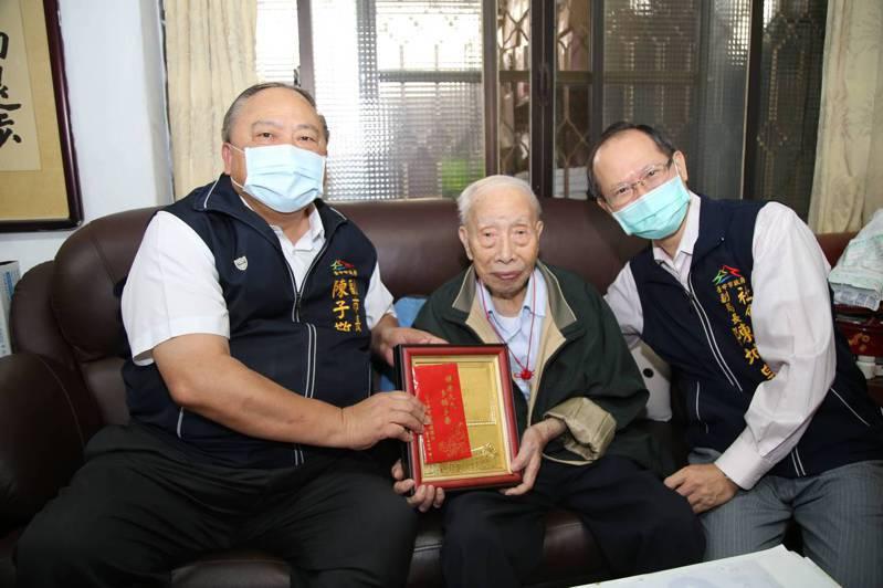 台中市副市長陳子敬致贈百歲人瑞劉琨敬老狀與重陽禮金。圖/台中市政府提供