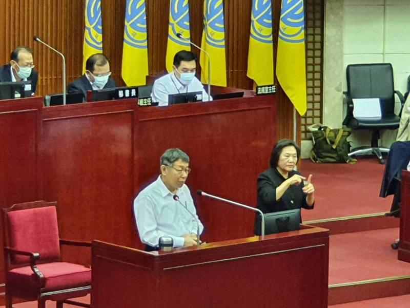 台北市長柯文哲上午赴議會針對疫情紓困、無現金交易、老人安養等政策進行專案報告。記者楊正海/攝影