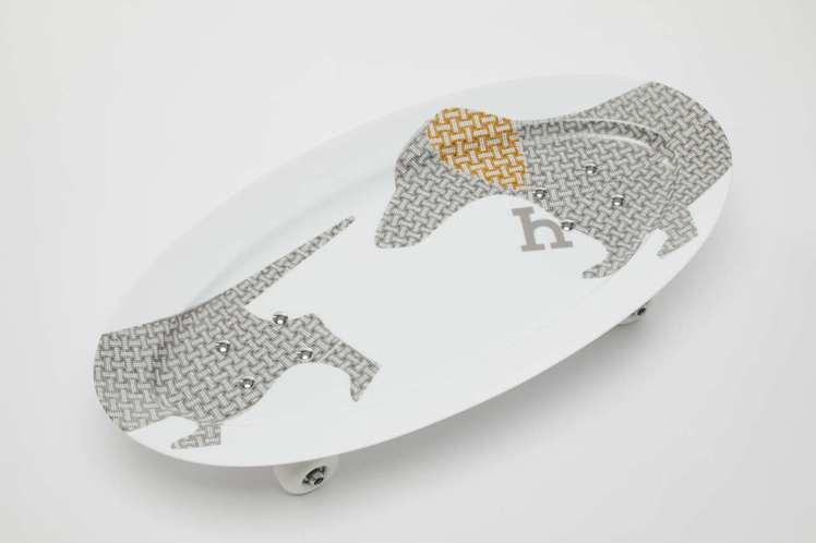 滑板造型裝飾瓷盤,15萬1,200起 (依商品實際材質而定)。圖/愛馬仕提供