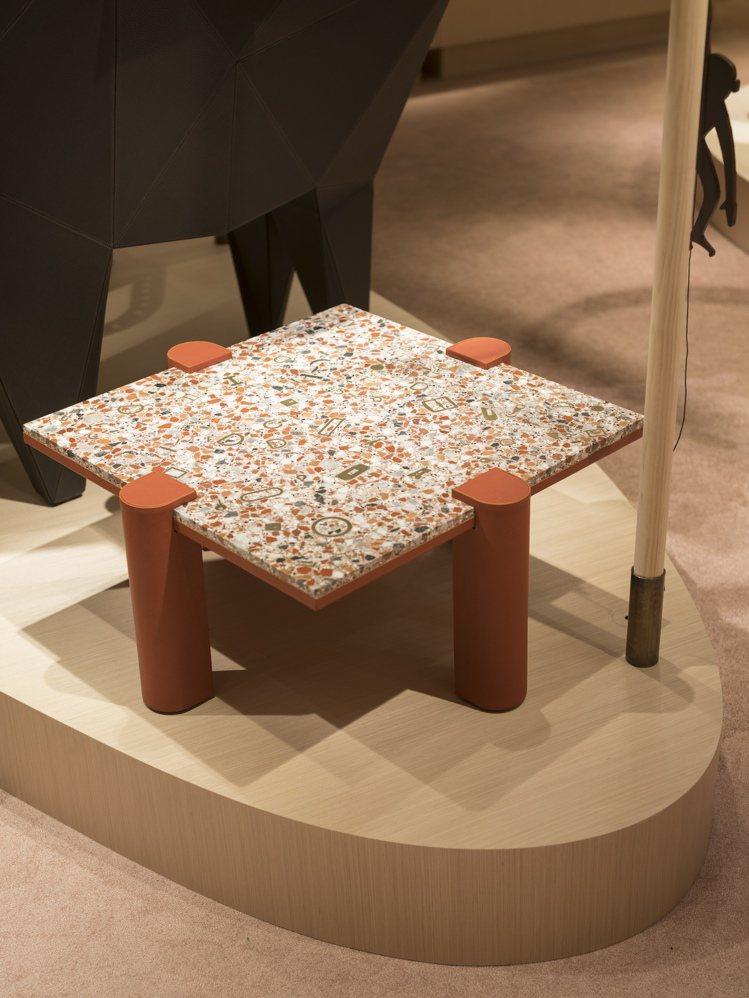 范承宗對水磨石矮桌所藏著的愛馬仕品牌線索感到很驚喜。圖/愛馬仕提供