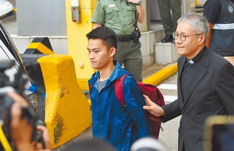 陳同佳(左)去年10月23日上午在港刑滿獲釋,牧師管浩鳴(右)在旁陪同。新華社