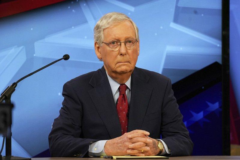 美國聯邦參議院多數黨領袖麥康諾12日參加辯論會,注意左手手背已經出現變色跡象。美聯