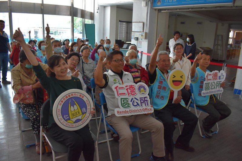 台南仁德公所關懷獨居老人,表揚祥和志工。圖/仁德區公所提供