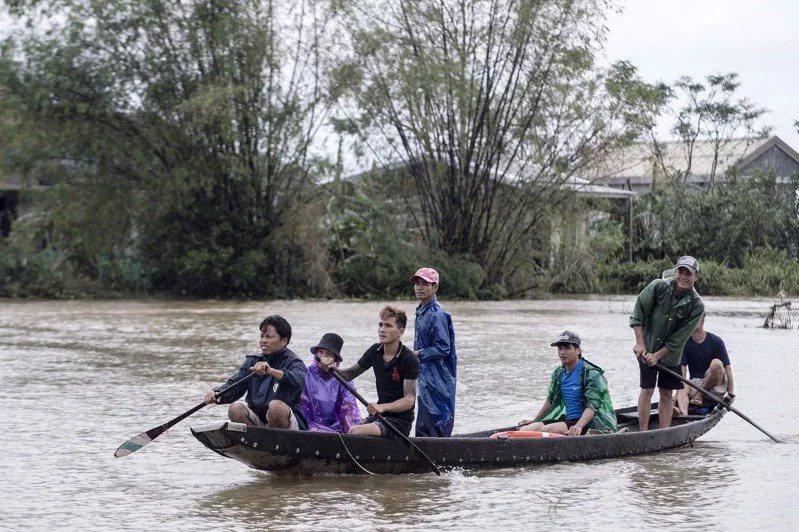 越南官媒越通社(VNA)報導,越南中部自6日以來豪雨不斷,並引發洪災、土石流,造成嚴重死傷。 歐新社