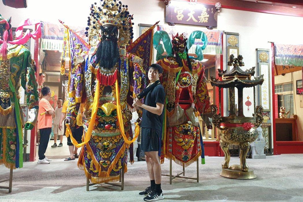 李玉璽在「神之鄉」中練扛50公斤大型神將。圖/東森、映畫提供