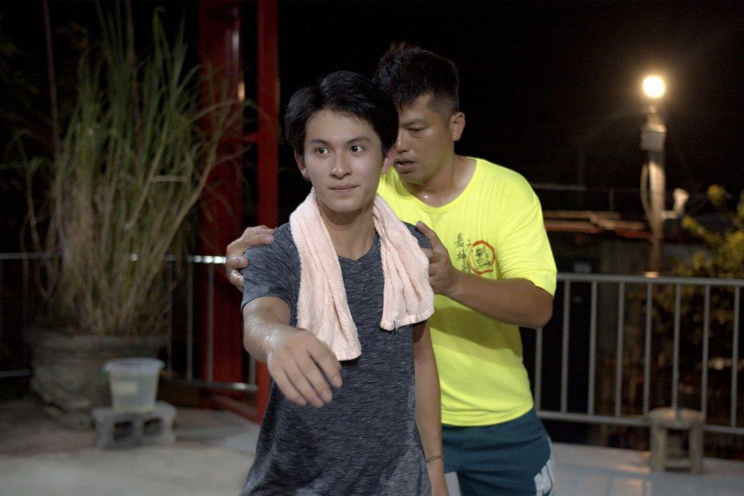 林暉閔為拍攝「神之鄉」接受師傅教導三太子步伐技巧。圖/東森、映畫提供