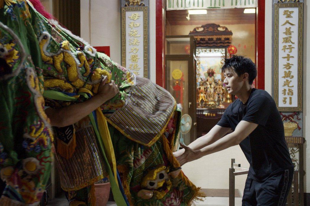 李玉璽練習扛50公斤神將,練到險些拉傷。圖/東森、映畫提供