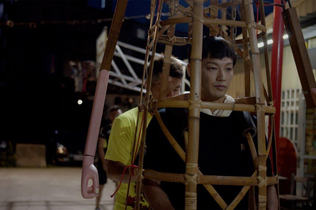 廖威廉為拍攝「神之鄉」練習扛支架。圖/東森、映畫提供