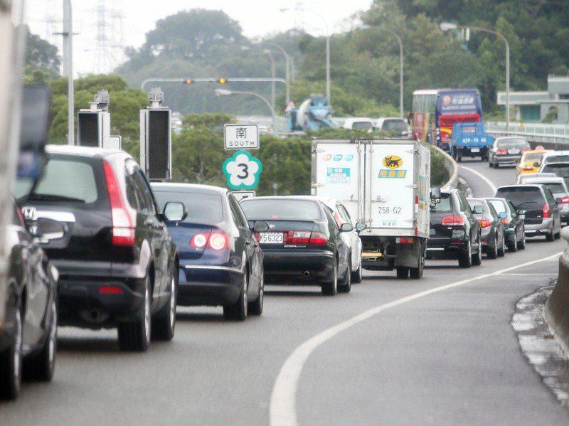 根據高公局統計,去年國道交通量最大、塞車最嚴重的路段和交流道就是雙北地區。圖為國3南下中和交流道要匯入主線道塞車情形。圖/聯合報系資料照片