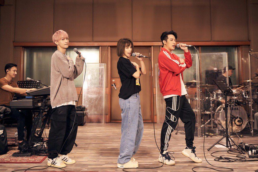 徐若瑄(中)今天與熊仔(右)與noovy主唱Shawn一起為27日的音樂會練團。...