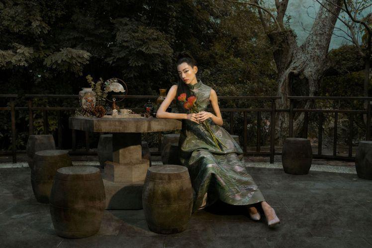 夏姿綠色中式立領洋裝使用金屬紗線緹花,仿刺繡的立體感帶來華麗奪目的光澤。圖/夏姿...